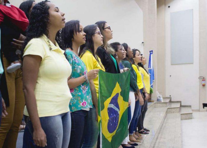 Juventude leva a igreja a clamar pela nação durante culto